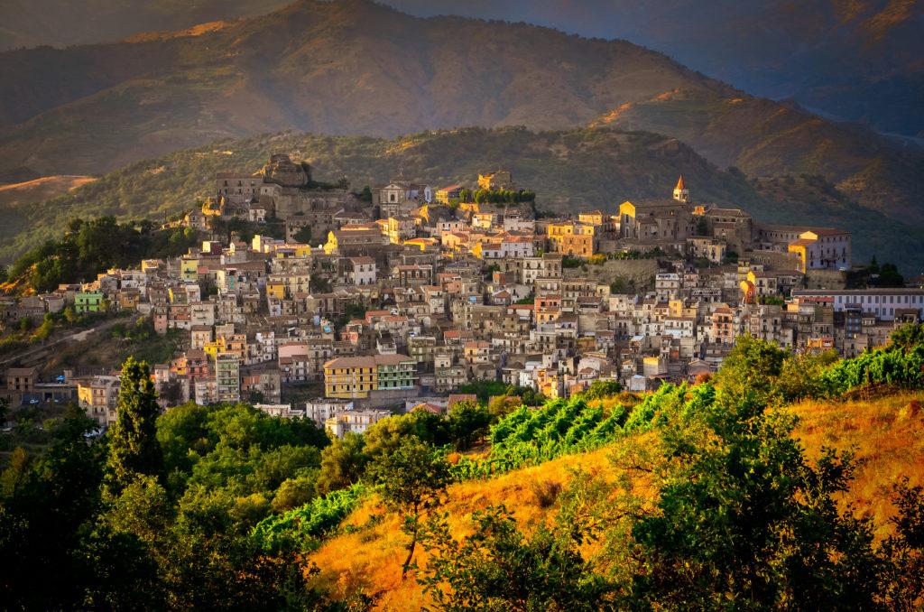 Sonnenuntergang Blick auf Castiglione di Sicilia Dorf, Sizilien