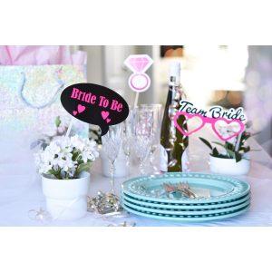 Tisch mit Dekoration für Junggesellinnenabschied