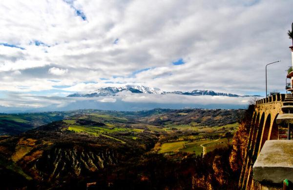 Weinanbaugebiet Babalù mit Wolken